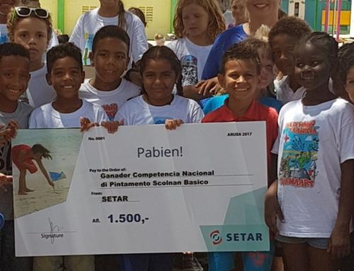 "SETAR a entrega premionan cash na scolnan ganador di Concurso di Pintamento ""Nos Himno Y Bandera""."