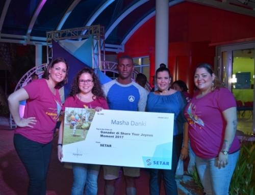 "Nathan Berkel y Natasha Pietersz a ricibi nan premio como ganadornan di ""Share your Joyous Moments"""