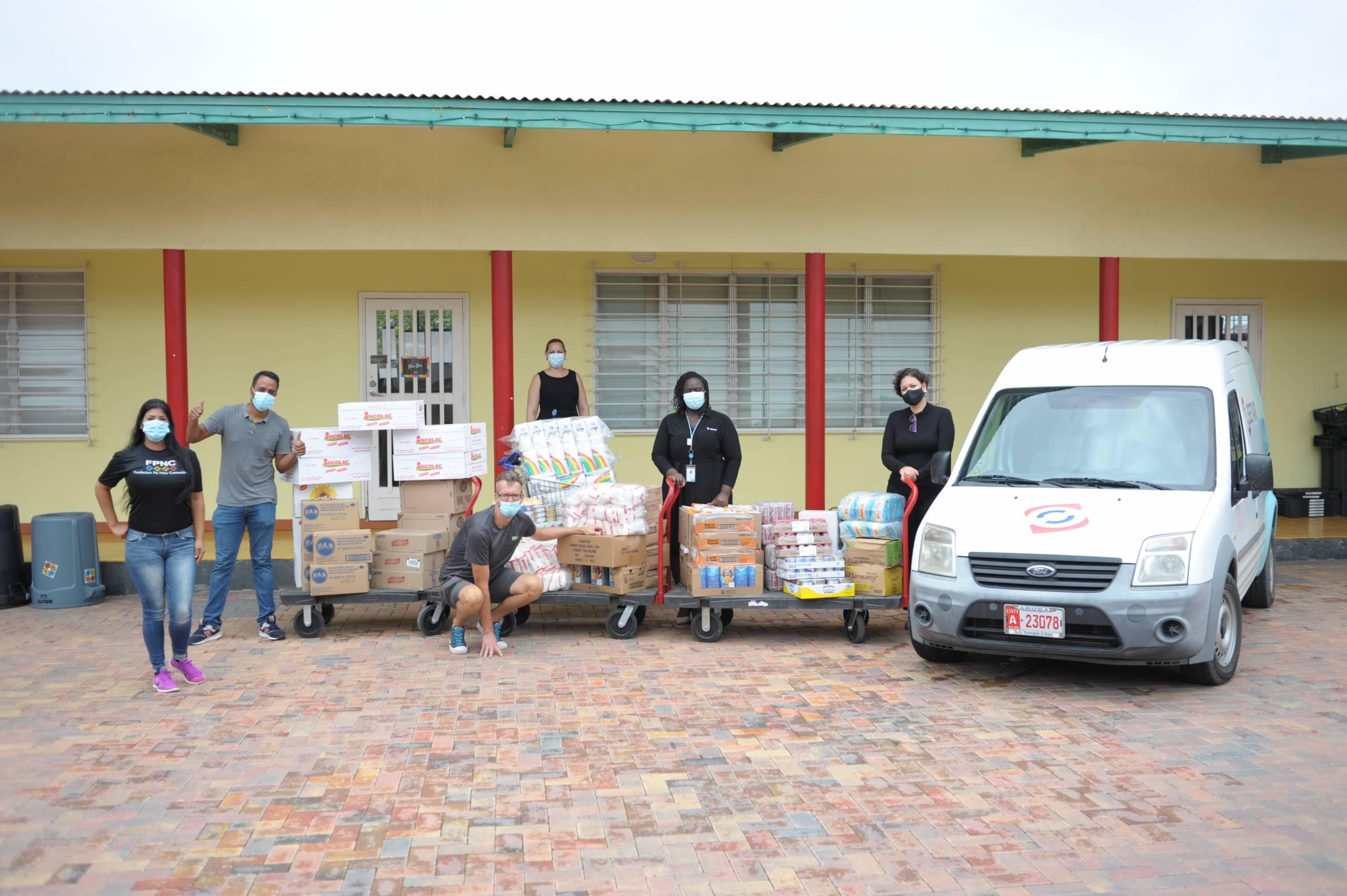 SETAR cu donacion pa Fundacion pa Nos Comunidad